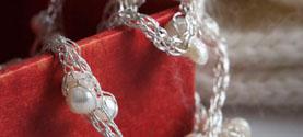 collana in filo argentato e perle di fiume. © lauramengani