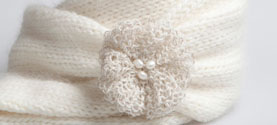 sciarpa tubolare in cashmere con spilla in filo argentato, cashmere e perle di fiume. © lauramengani
