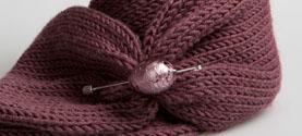 sciarpa tubolare in cashmere, lana merino e seta con spilla in vetro di murano. © lauramengani