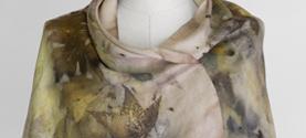 sciarpa-stola in seta tinta e stampata con la tecnica Ecoprint (tintura naturale e stampa su tessuto con le foglie). © lauramengani