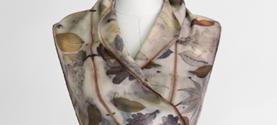 sciarpa in lana stampata con la tecnica Ecoprint (tintura naturale e stampa su tessuto con le foglie). ©lauramengani