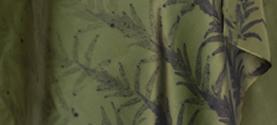 sciarpa-stola in seta stampata con la tecnica Ecoprint (tintura naturale e stampa su tessuto con le foglie). ©lauramengani